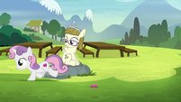 Sweetie Belle running back to her friends S7E6