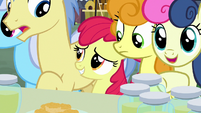 Apple Bloom squeezes to front of the crowd S7E13