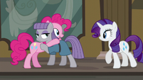 Rarity walking up to Pinkie and Maud S6E3