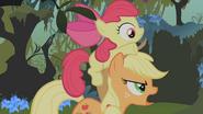 S01E09 Applejack niesie Apple Bloom