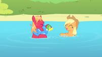 S04E20 Applejack i Big Macintosh i ich zabawa w wodzie