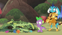 Spike watches the seaweed pile collapse S6E5