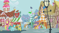 Ponies chatting in the marketplace S1E05