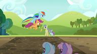S05E17 Rainbow Dash i Scootaloo przeskakują błotną sadzawkę