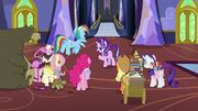 S06E21 Starlight i przyjaciele zebrali się w holu.png