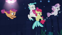 Sweetie Belle swims away from her friends S8E6