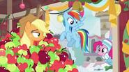 K20 Pinkie Pie pojawia się w klasie Applejack