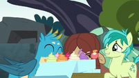Gallus and Yona chow down on cupcakes S8E2