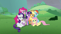Mane Six huddling close together S9E25