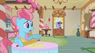 S01E10 Pani Cake wskazuje na Pinkie Pie