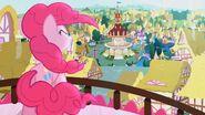 S04326 Pinkie Pie śpiewa na balkonie