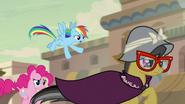 S07E18 Rainbow i Pinkie biegną za A. K. Yearling