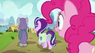 S07E04 Pinkie przygląda się jak Maud i Starlight odchodzą razem