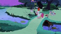 Pinkie walking S2E04