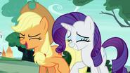 S06E25 Applejack i Rarity podmieńce śmieją się ze Starlight