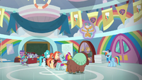 Snails coaching the cheer squad S9E15