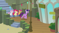 Twilight and Crusaders trot through the station S8E6