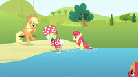 Granny Smith and Apple Bloom walking back to land S4E20