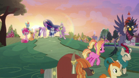 Luster Dawn leaving with her friends S9E26