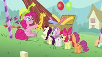 Pinkie presents a balloon giraffe S5E19