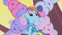 Rainbow Dash in the center of her team S1E11