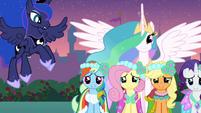 Luna arriving at party S2E26