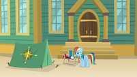 Rainbow inspects the tent more closely S9E6
