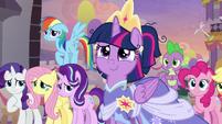 Twilight giving princesses a tearful smile S9E26