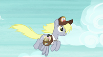 Derpy the mailmare flying in the sky S8E25