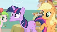S01E01 Twilight wypluwa jabłko