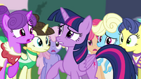 Twilight surrounded by Canterlot ponies S4E01