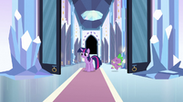 Spike running into the throne room S3E2