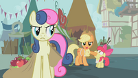 Applejack covers Apple Bloom's mouth S1E12