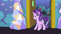 Starlight weirded out by Spike's behavior S7E1