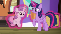 Twilight picks up Sweetie Belle with her magic S8E6