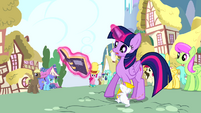 Twilight reading book while the mouse is walking S4E12