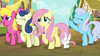 Fluttershy reluctantly claps for princesses S9E13