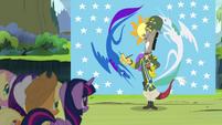 S04E25 Discord a za nim flaga Equestrii