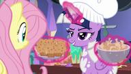 S07E20 Twilight pokazuje Fluttershy muffinki z batatów i kąski kalafiora