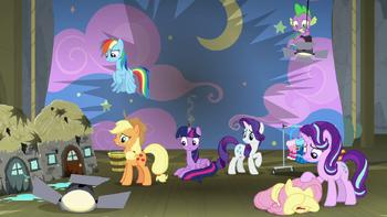S08E07 Twilight i jej przyjaciele na zniszczonej scenie.png