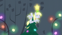 Derpy at top of the tree glowing bright S6E8