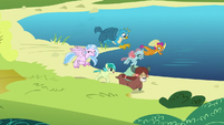 Friendship students having a race S8E1