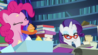 Pinkie Pie eating cupcakes off her face S7E25