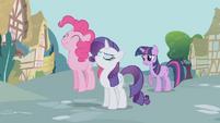 S01E03 Rarity, Pinkie i Twilight dyskutują o bilecie