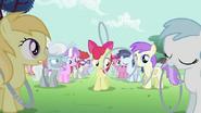 S02E06 Apple Bloom patrzy na toczącą się obręcz