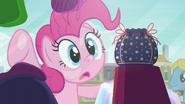 S06E03 Pinkie Pie zapatrzona w sakiewkę