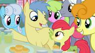 S07E13 Goldengrape wyjaśnia, że Grand Pear pochodzi z Ponyville i jest producentem dżemu gruszkowego