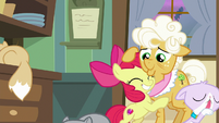 Apple Bloom hugging Goldie Delicious S9E10