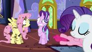 S06E21 Fluttershy obleziona przed robaki