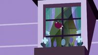 Red apple hits Apple Bloom's window S8E25
